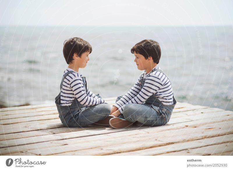 Brüder am Wasser sitzen Mensch Kind Ferien & Urlaub & Reisen Freude Strand Lifestyle Liebe Gefühle Junge Familie & Verwandtschaft Zusammensein Freundschaft
