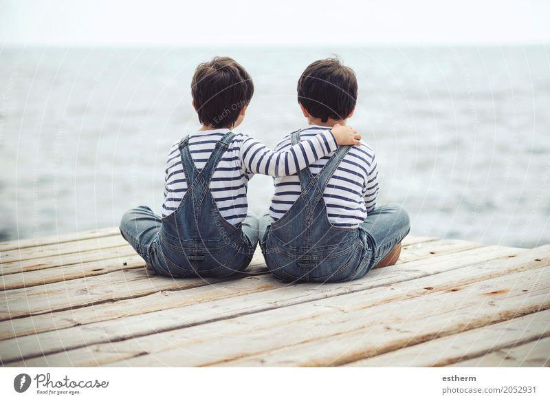 Am Wasser sitzende Brüder.Rückenansicht Lifestyle Mensch maskulin Kind Kleinkind Junge Eltern Erwachsene Geschwister Bruder Familie & Verwandtschaft