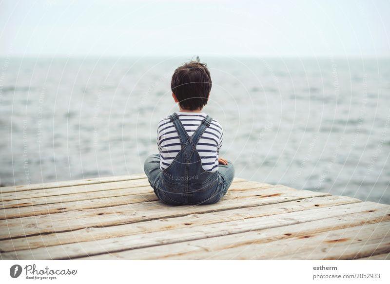 nachdenkliches Kind Mensch Ferien & Urlaub & Reisen Einsamkeit Lifestyle Traurigkeit Liebe Gefühle Junge träumen Kindheit Abenteuer Fitness Kleinkind