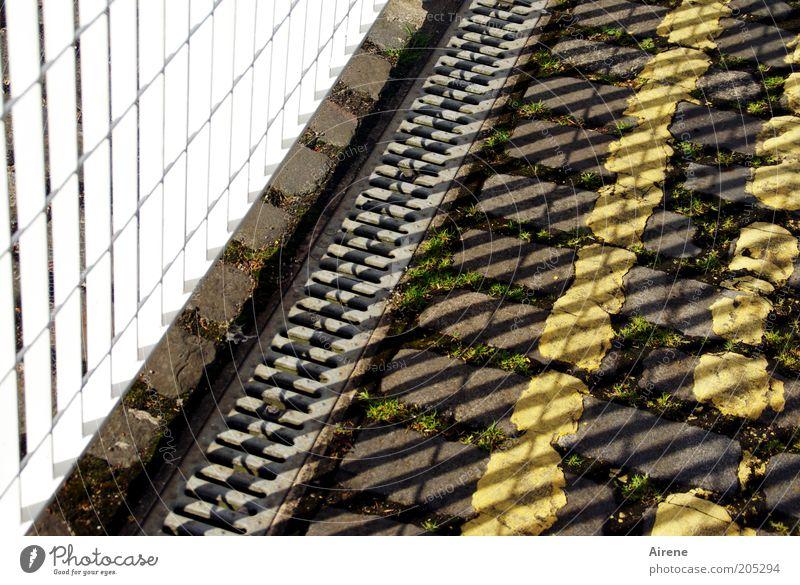 Mustermix weiß gelb Straße grau Stein Metall Streifen Zaun Barriere Fuge Gitter Textfreiraum Pflastersteine eckig Straßenrand Fahrbahnmarkierung