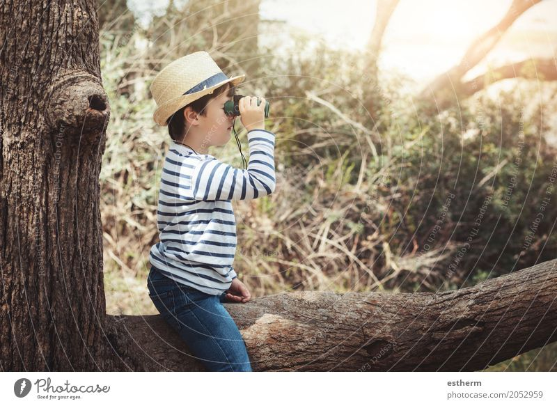 Junge, der draußen mit Ferngläsern erforscht Mensch Kind Ferien & Urlaub & Reisen Sommer Freude Ferne Wald Lifestyle Frühling Herbst Gefühle Freiheit Tourismus