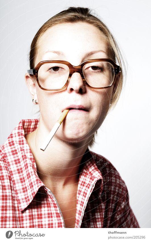 Hasse ma Feua? Frau Mensch Jugendliche Gesicht Leben feminin lustig Erwachsene Brille Rauchen einzigartig Zigarette Hemd dumm skurril Gesichtsausdruck