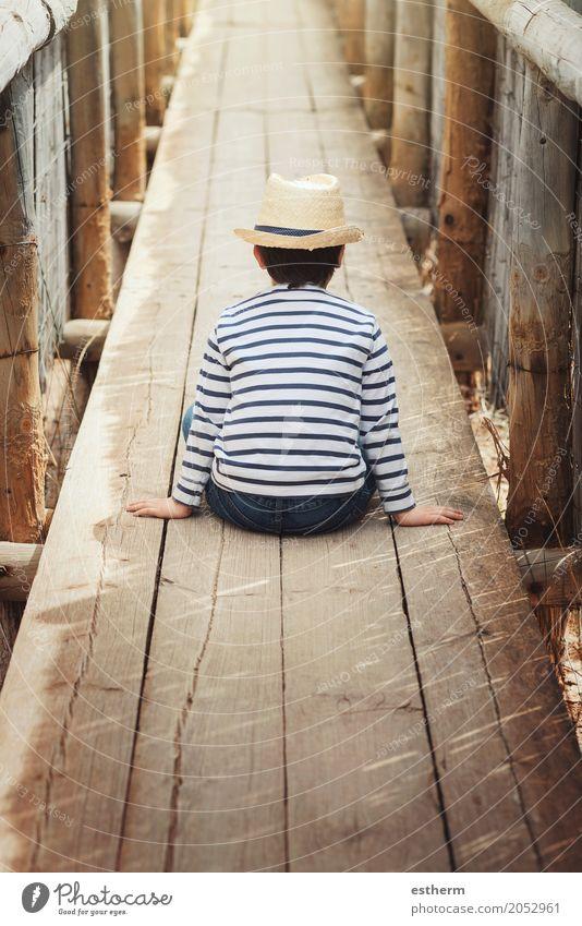 Kleiner nachdenklicher Junge Lifestyle Ferien & Urlaub & Reisen Abenteuer Freiheit Mensch Kind Kleinkind Kindheit 1 3-8 Jahre Frühling Sommer Herbst träumen