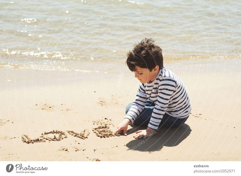 Trauriges Jungensitzen Mensch Kind Ferien & Urlaub & Reisen Sommer Einsamkeit Strand Lifestyle Traurigkeit Frühling Liebe Freiheit Stimmung Zusammensein