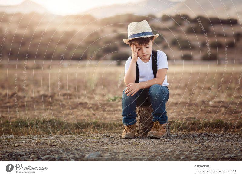 Kleiner nachdenklicher Junge Lifestyle Abenteuer Freiheit Mensch Kind Kleinkind Kindheit 1 3-8 Jahre Umwelt Frühling Sommer Wiese Feld Traurigkeit Gefühle Sorge