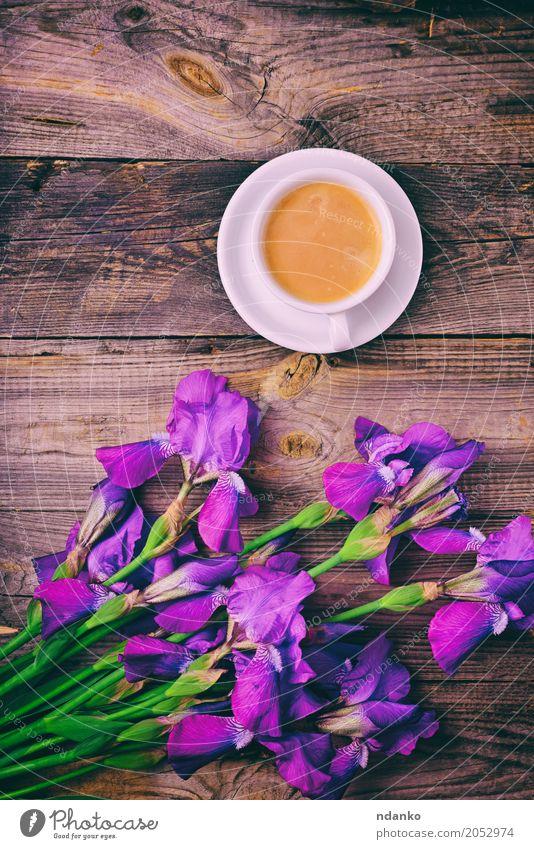 Bouquet von Iris und eine Tasse Kaffee Frühstück Espresso Becher Tisch Restaurant Blume Blumenstrauß Holz frisch heiß oben retro violett weiß Regenbogenhaut