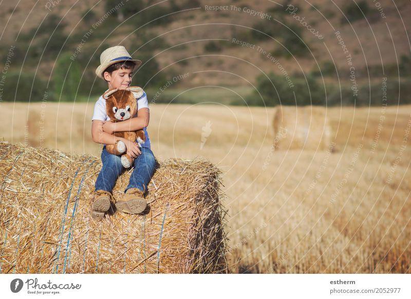 Junge umarmt Teddybär auf dem Weizenfeld Lifestyle Spielen Ferien & Urlaub & Reisen Freiheit Mensch maskulin Kind Kleinkind Kindheit 1 3-8 Jahre Natur Wiese