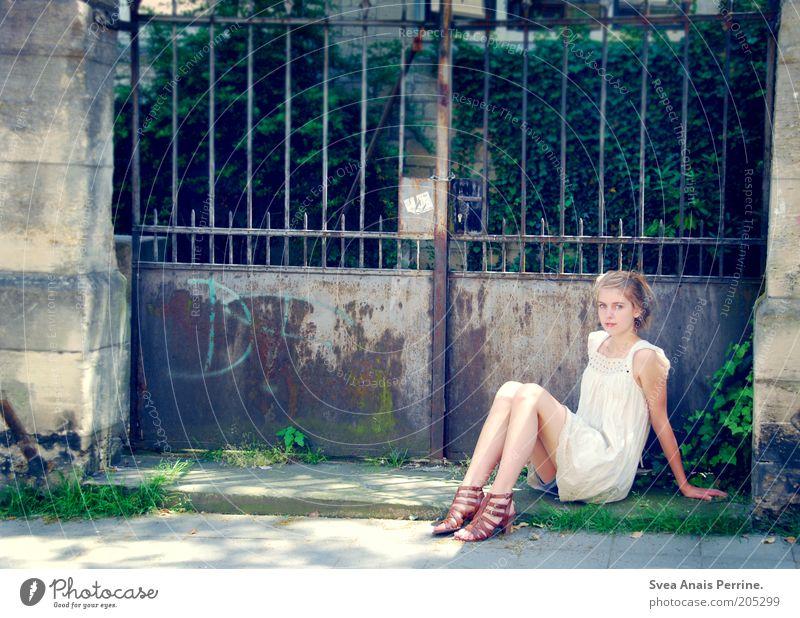 saoirse. Mensch Jugendliche schön ruhig feminin Zufriedenheit Schuhe blond Fassade sitzen elegant beobachten Kleid Junge Frau dünn Freundlichkeit