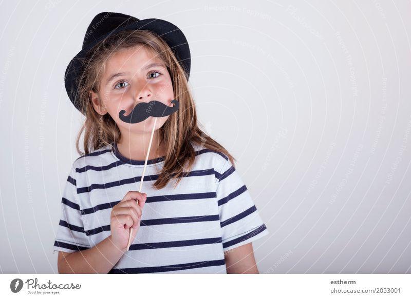 Schönes nettes kleines Mädchen, das mit dem Schnurrbart spielt Lifestyle Feste & Feiern Muttertag Karneval Mensch feminin Eltern Erwachsene Vater