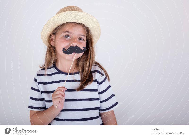 Schönes nettes kleines Mädchen, das mit dem Schnurrbart spielt Lifestyle Feste & Feiern Muttertag Karneval Mensch Eltern Erwachsene Vater
