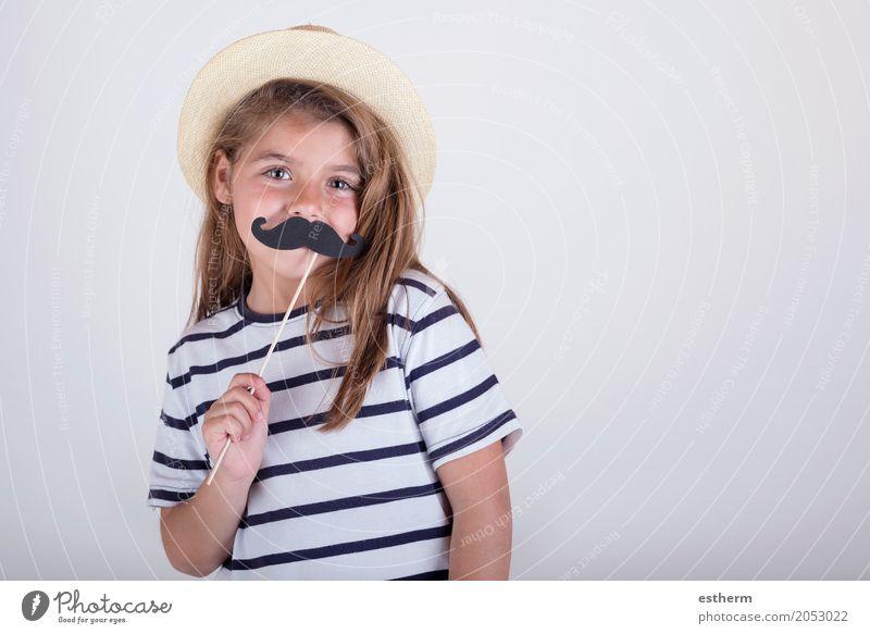 Schönes nettes kleines Mädchen, das mit dem Schnurrbart spielt Lifestyle Freude Feste & Feiern Muttertag Karneval Mensch Familie & Verwandtschaft Kindheit 1