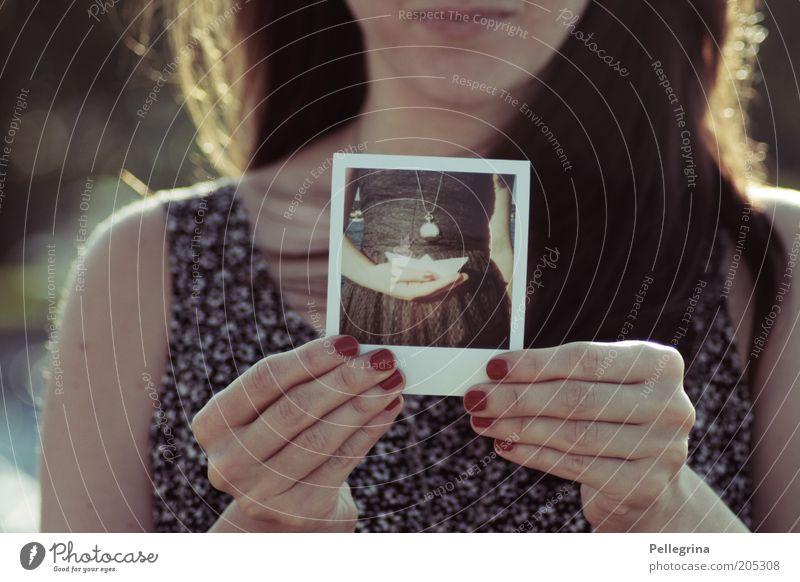 Ahoi 2 feminin Junge Frau Jugendliche Hand 1 Mensch 18-30 Jahre Erwachsene Kreativität Farbfoto Außenaufnahme Licht Schwache Tiefenschärfe Polaroid Bild-im-Bild