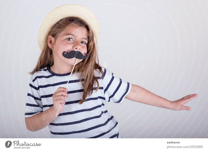 Schönes nettes kleines Mädchen, das mit dem Schnurrbart spielt Lifestyle Party Veranstaltung Feste & Feiern Muttertag Mensch feminin Eltern Erwachsene Vater