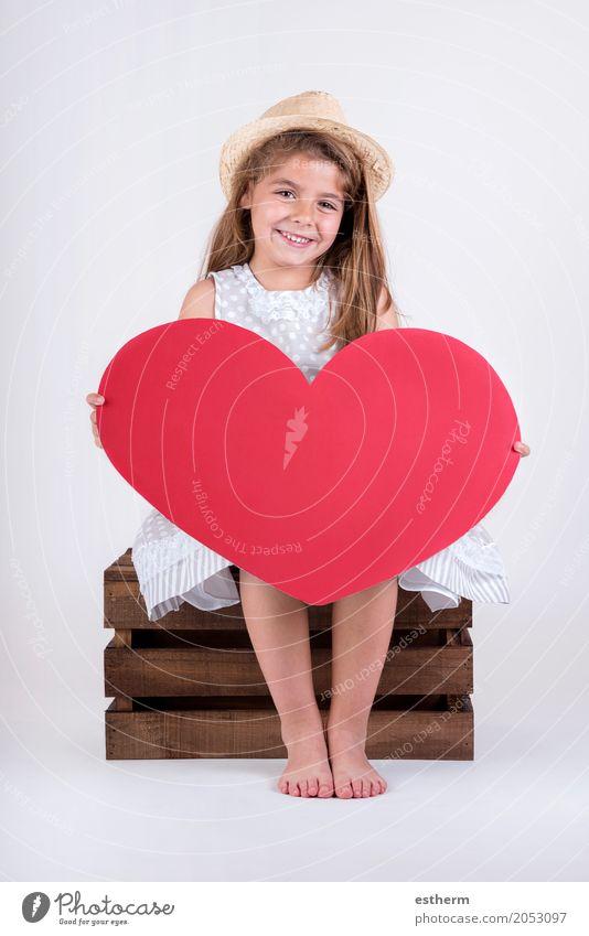 glückliches Kind lachendes Mädchen mit Herz Valentinstag Lifestyle Feste & Feiern Muttertag Mensch Kindheit 1 3-8 Jahre Küssen Lächeln Freundlichkeit