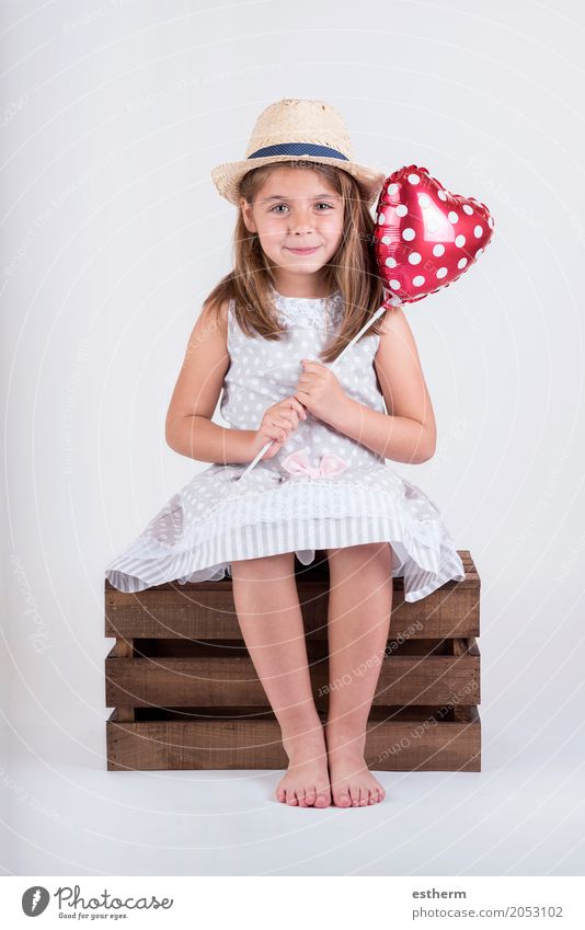 glückliches Kind lachendes Mädchen mit Herz Valentinstag Mensch schön Freude Lifestyle Liebe feminin Glück Party Feste & Feiern Freundschaft Kindheit Lächeln