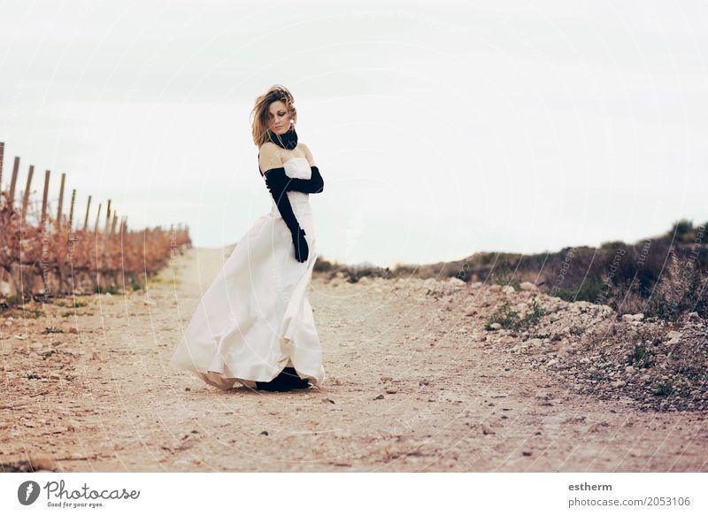 Schönes Mädchen im Freien Mensch Frau Jugendliche Junge Frau schön Erotik Einsamkeit Erwachsene Lifestyle Liebe feminin Stil elegant blond Fröhlichkeit warten