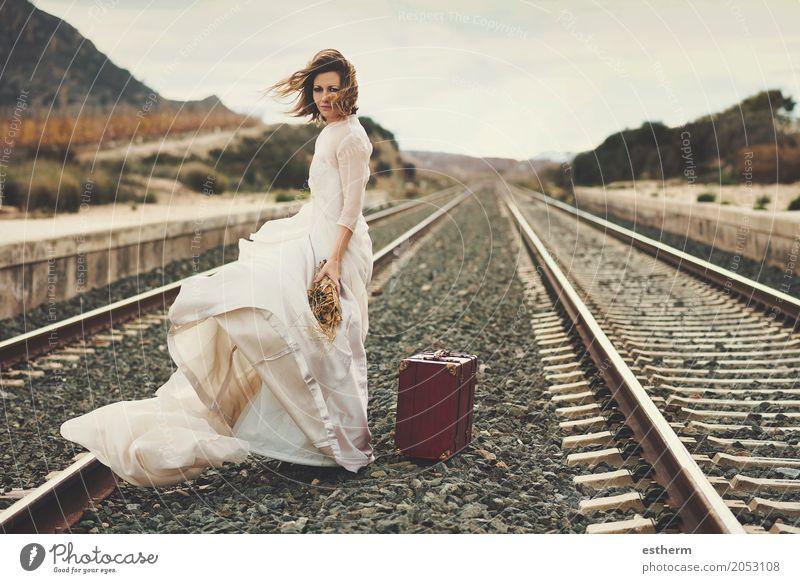 Nachdenkliche Braut mit einem roten Koffer im Zug verfolgt Mensch Ferien & Urlaub & Reisen Jugendliche Junge Frau schön Freude Erwachsene Lifestyle Liebe