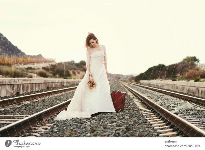 Nachdenkliche Braut mit einem roten Koffer im Zug verfolgt Mensch Frau Ferien & Urlaub & Reisen schön Erwachsene Lifestyle Traurigkeit Liebe Gefühle feminin