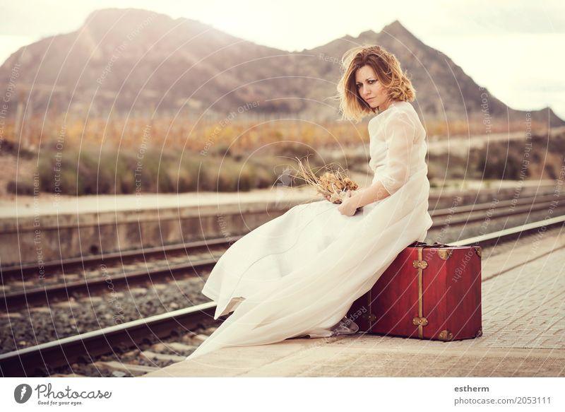 Nachdenkliche Braut mit einem roten Koffer im Zug verfolgt Mensch Frau Ferien & Urlaub & Reisen Jugendliche Junge Frau schön Einsamkeit Freude Erwachsene