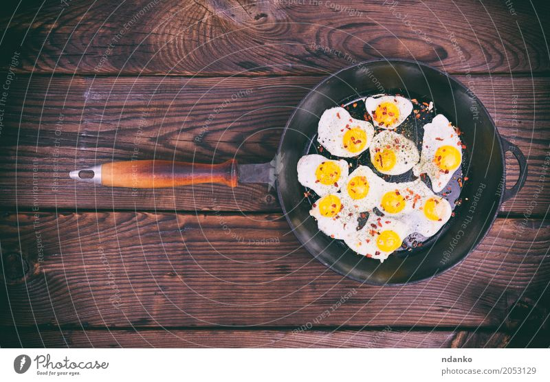 Gebratene Wachteleier Speise Essen gelb natürlich braun oben retro Kräuter & Gewürze Küche Frühstück Fleisch Mahlzeit Top Futter Pfanne Protein