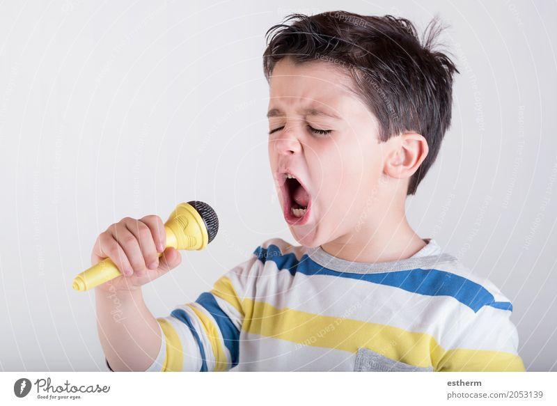 Junge, der zum Mikrofon singt Mensch Kind Freude Lifestyle Gefühle Glück Party Stimmung Kraft Kindheit Musik Fröhlichkeit genießen Coolness Veranstaltung