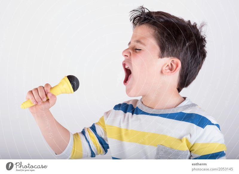 Junge, der zum Mikrofon singt Mensch Kind Freude Lifestyle Gefühle Glück Stimmung Kindheit Musik Erfolg Fröhlichkeit Lächeln genießen Theaterschauspiel
