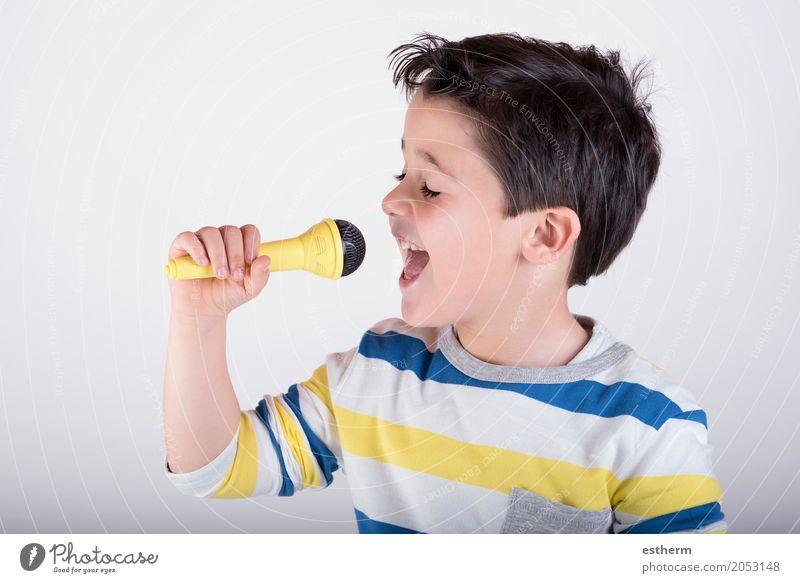 Junge, der zum Mikrofon singt Lifestyle Freizeit & Hobby Entertainment Party Veranstaltung Musik Mensch Kind Kleinkind Kindheit 1 3-8 Jahre Künstler Musik hören