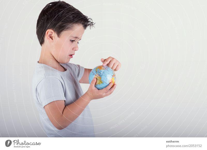 Junge, der eine Spielzeugkugel betrachtet. Kind, das Erde in den Händen hält Lifestyle Ferien & Urlaub & Reisen Tourismus Ausflug Abenteuer Mensch maskulin