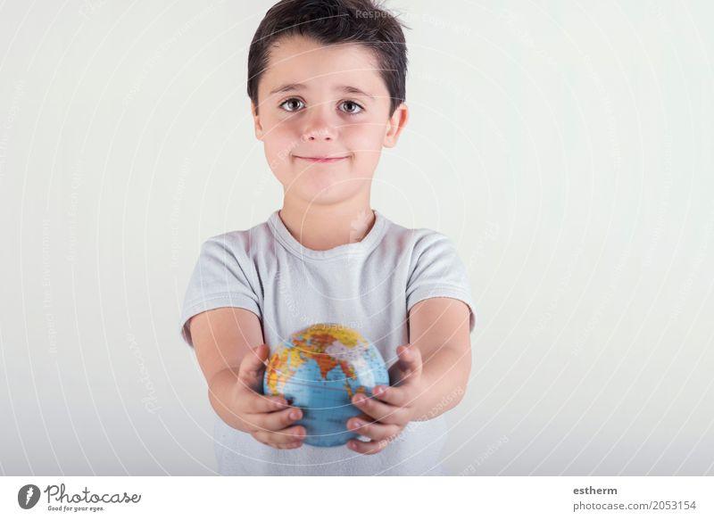 Kind, das Erde in den Händen hält Mensch Ferien & Urlaub & Reisen Hand Freude Lifestyle Junge Glück Tourismus maskulin Kindheit Fröhlichkeit Lächeln Abenteuer