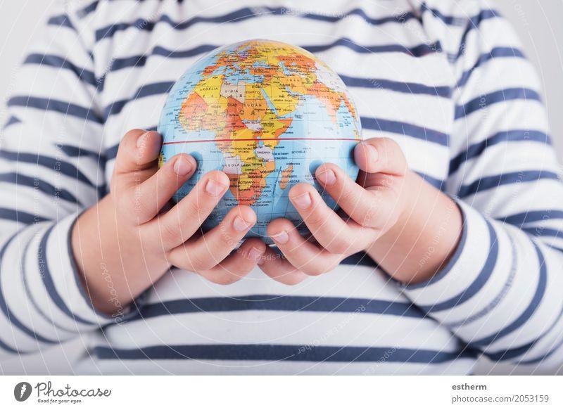 Kind mit einer Weltkugel in seinen Händen Mensch Ferien & Urlaub & Reisen Hand Freude Lifestyle Junge Tourismus Zusammensein Ausflug Kindheit Arme Abenteuer