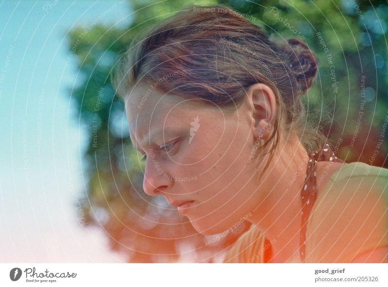 nachgedacht. schön Haare & Frisuren Gesicht Erholung ruhig Mensch feminin Junge Frau Jugendliche Erwachsene Leben Kopf 1 18-30 Jahre Umwelt Natur Sonnenlicht