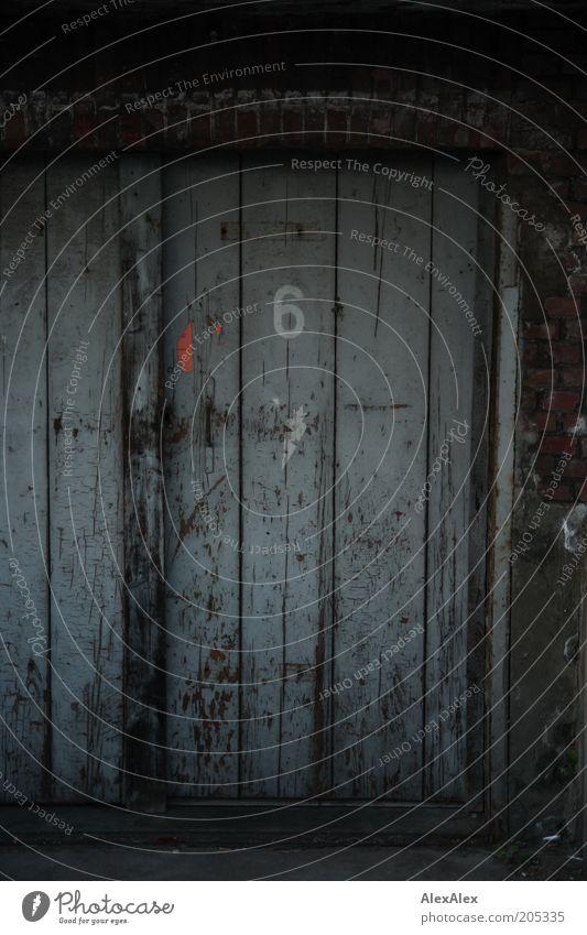 sechstür Tür Tor Menschenleer Gebäude Ziffern & Zahlen Holz alt retro grau Verfall Vergänglichkeit Holztür Kratzer 6 dunkel Tag Gedeckte Farben Außenaufnahme