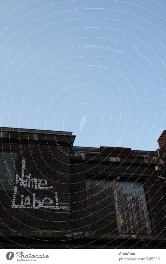 Wahre Liebe Fabrik Feierabend Wolkenloser Himmel Sommer Schönes Wetter Menschenleer Tor Gebäude Architektur Mauer Wand Tür Dach Holz Backstein Schriftzeichen
