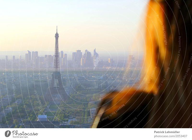 Blick auf Paris Mensch Himmel Ferien & Urlaub & Reisen Jugendliche Junge Frau Haus 18-30 Jahre Erwachsene Architektur Umwelt Frühling feminin Haare & Frisuren