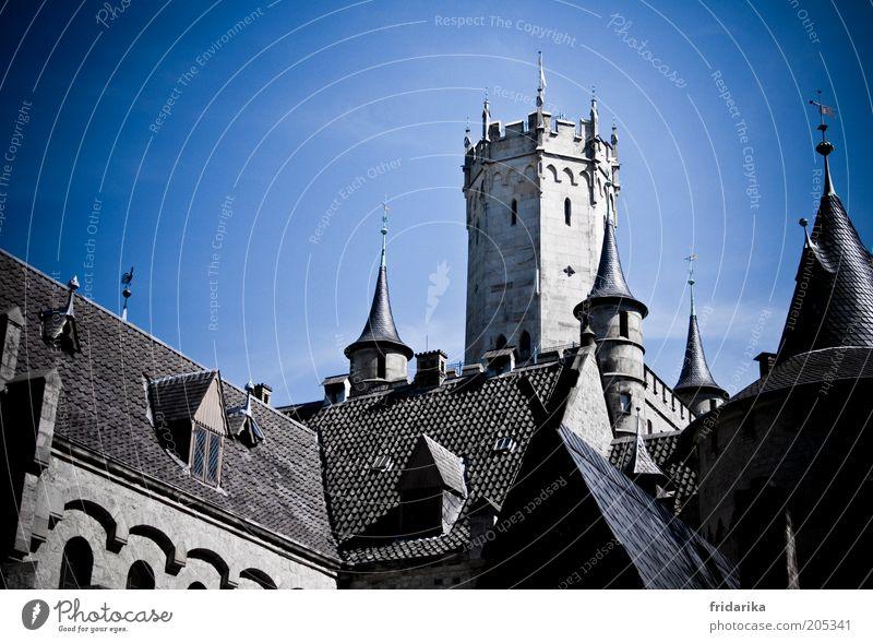 wie im märchen Himmel blau Wand Architektur grau Mauer Gebäude Fassade außergewöhnlich Macht Dach Spitze Kitsch Bauwerk Burg oder Schloss Vergangenheit