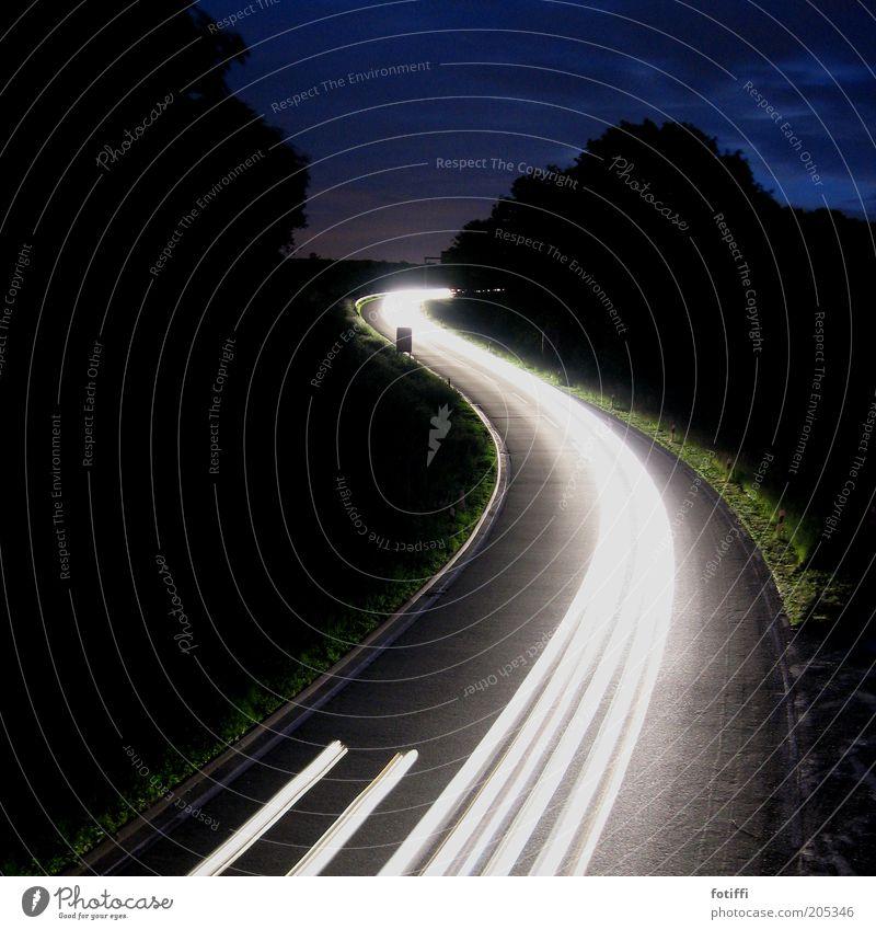 Sssssssssssssssssssssssssssssss Menschenleer Verkehrswege Straßenverkehr Geschwindigkeit Autobahnauffahrt weiß Autoscheinwerfer Streifen geschwungen