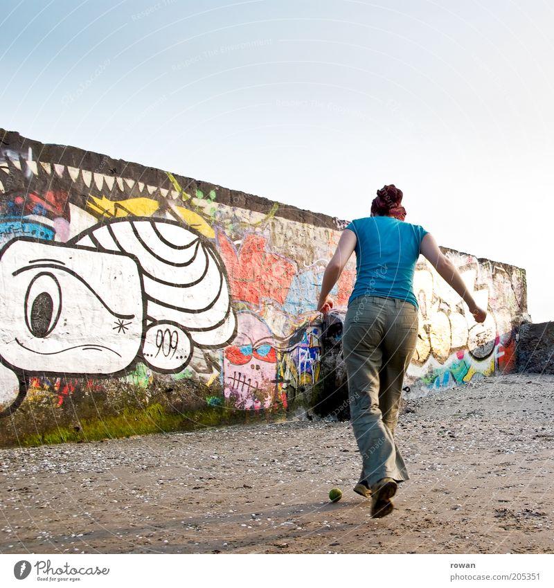 kicken Mensch Jugendliche Freude Wand Graffiti Spielen Mauer Freizeit & Hobby laufen rennen trist Kultur Junge Frau Bauwerk trashig Jugendkultur