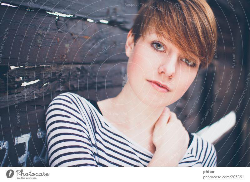 10 Lifestyle Haare & Frisuren feminin Junge Frau Jugendliche Mensch 18-30 Jahre Erwachsene T-Shirt brünett Pony berühren Blick einfach frisch schön Vertrauen