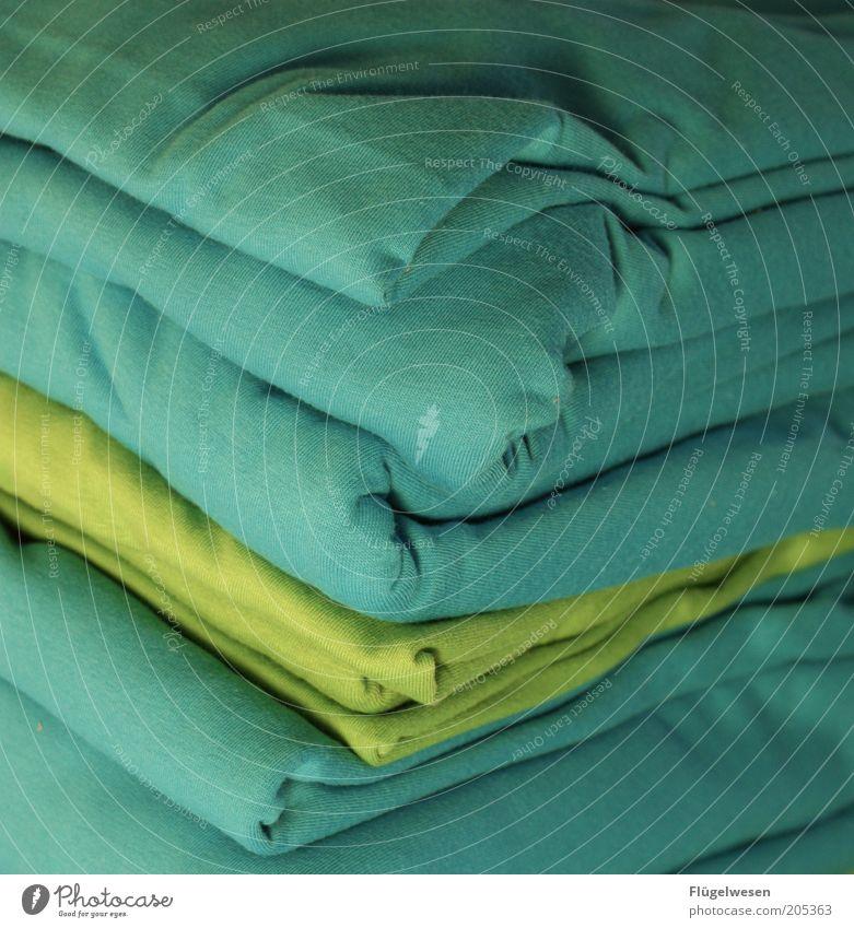 Grün und Blau schmückt den Pfau Mode Bekleidung T-Shirt Stoff Textilien Baumwolle Farbfoto Innenaufnahme türkis Stapel aufeinander Wäsche