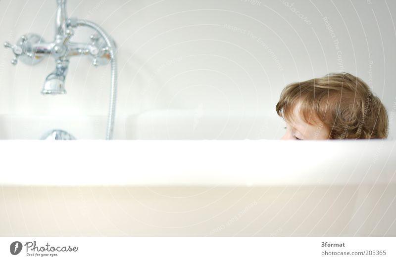 BAD Mensch Kind weiß Haare & Frisuren träumen Kopf Denken warten blond klein sitzen Sicherheit Bad Schutz Sauberkeit Häusliches Leben