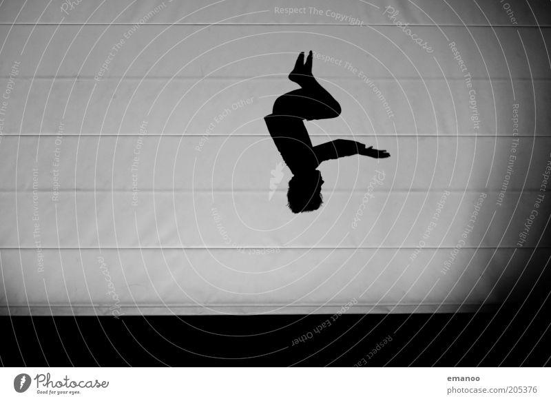 Drehfreude Mensch Kind Jugendliche Freude Sport dunkel Junge springen Stil Bewegung Körper klein maskulin fliegen hoch