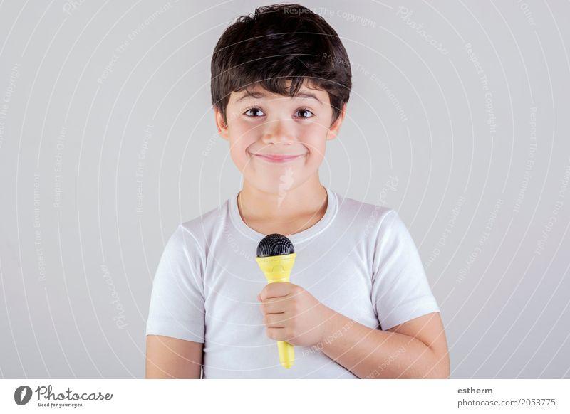 Junge, der zum Mikrofon singt Mensch Kind Freude Lifestyle Gefühle lachen Freizeit & Hobby Kindheit Musik Fröhlichkeit Lächeln Theaterschauspiel Kleinkind
