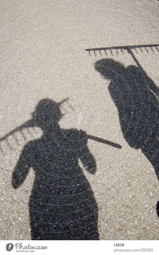 Heu ahoi! Mensch Frau Natur Erwachsene grau Wärme Arbeit & Erwerbstätigkeit Landwirtschaft Zusammenhalt Landwirt Beruf tragen Selbstständigkeit Schatten Gärtner Schwarzweißfoto