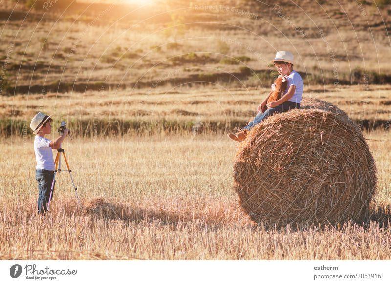 Brüder, die auf dem Gebiet spielen Lifestyle Freizeit & Hobby Kinderspiel Ferien & Urlaub & Reisen Tourismus Abenteuer Freiheit Fotokamera Mensch maskulin