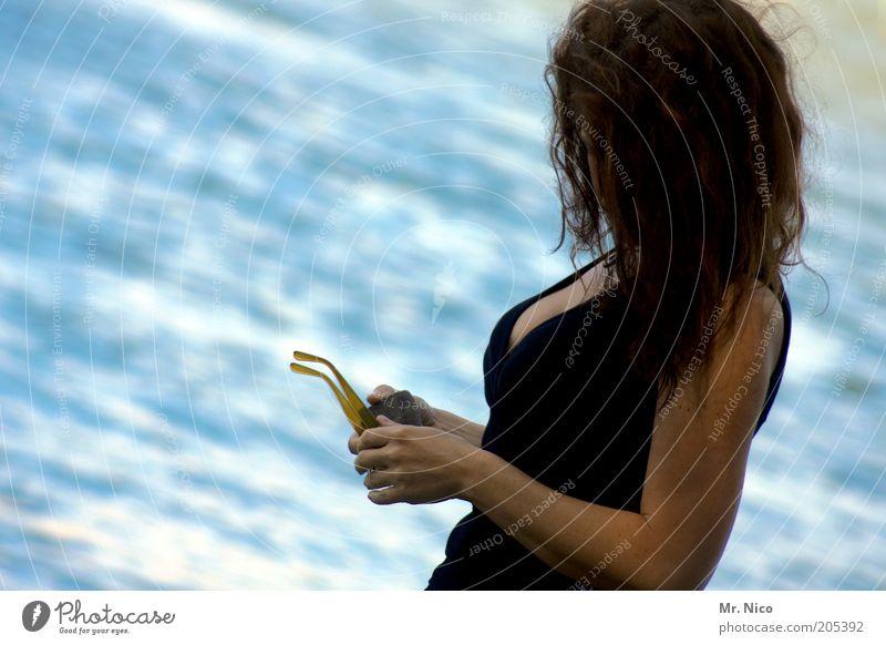 beatiful Erholung Sommer feminin Frau Erwachsene Haare & Frisuren Brust Arme Hand Wasser Kleid Sonnenbrille elegant schwarz schön Dekolleté Stil Mode