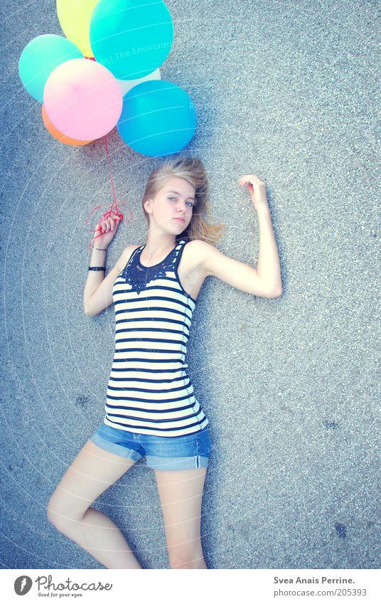 222-ahoi. Lifestyle Stil feminin Junge Frau Jugendliche Haare & Frisuren 1 Mensch Mode T-Shirt blond langhaarig liegen Coolness schön einzigartig dünn blau