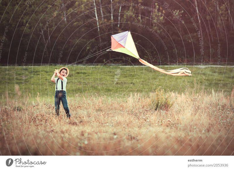 Junge mit Drachen Lifestyle Abenteuer Freiheit Sommerurlaub Mensch Kind Kleinkind Kindheit 1 3-8 Jahre Natur Frühling Park Wiese Feld Lächeln lachen Spielen