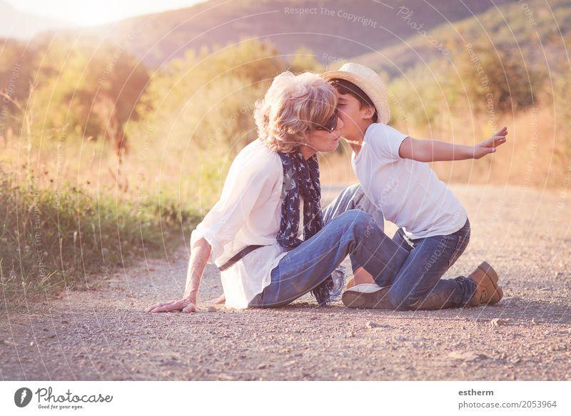 Großmutter mit ihrem Enkelkind Mensch Kind Frau Freude Erwachsene Leben Lifestyle Liebe Senior Gefühle feminin Junge Familie & Verwandtschaft Zusammensein
