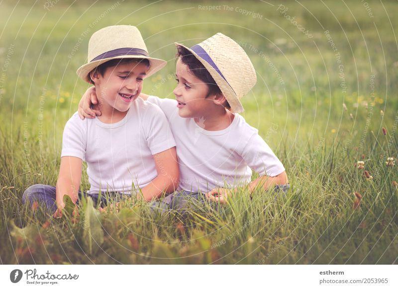 Brüder Mensch Kind Natur Landschaft Freude Lifestyle Frühling Liebe Gefühle Wiese Junge lachen Familie & Verwandtschaft Glück Garten Zusammensein