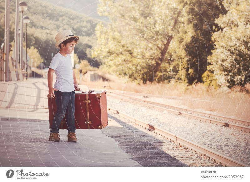Junge mit dem Koffer, der auf den Zug wartet Mensch Kind Ferien & Urlaub & Reisen Freude Lifestyle Gefühle Freiheit Tourismus Ausflug Verkehr Kindheit